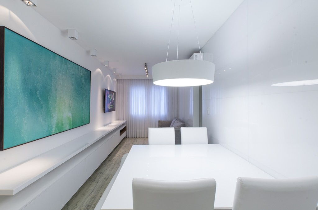 Revestimentos e móveis em branco ampliam apartamento de 60 m²