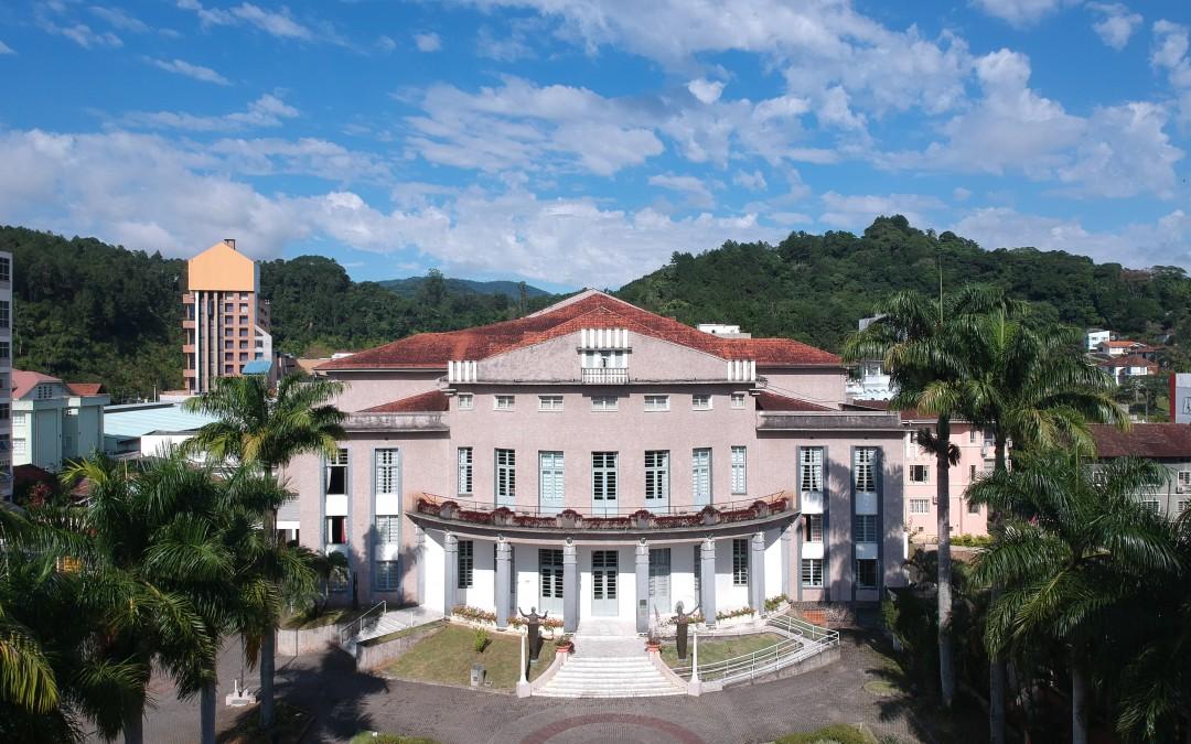 Teatro Carlos Gomes ganha projeção noturna sobre saúde
