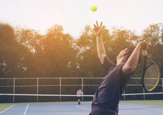 Cada vez mais acessível aos brasileiros, o tênis auxilia no  bem-estar e na qualidade de vida das pessoas