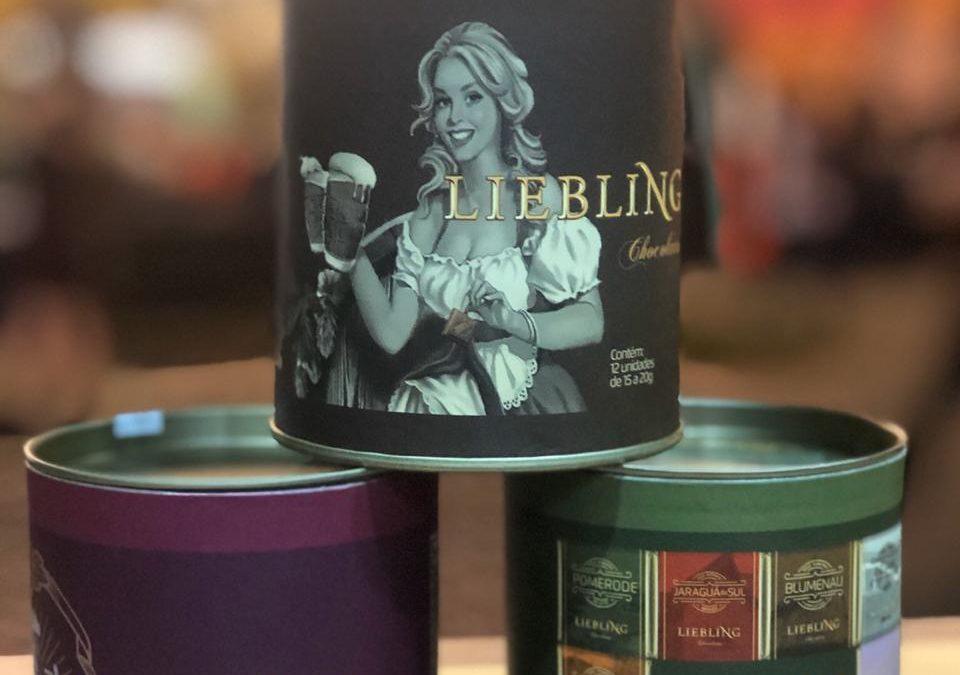 Faltando menos de um mês para o Natal, fábrica de chocolates blumenauense aposta em linha personalizada com temas regionais e natalinos
