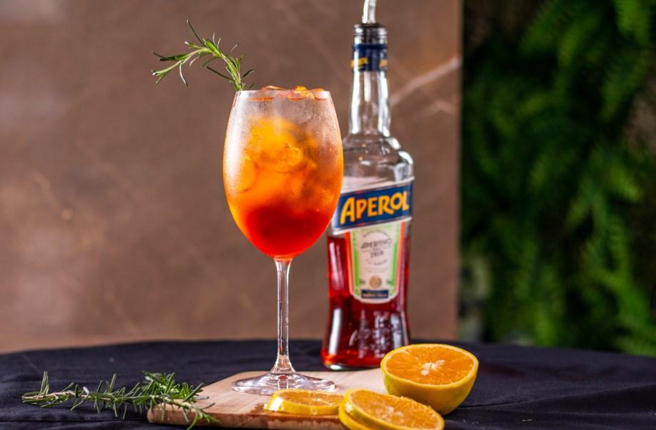 Aprenda a receita do drink Aperol Spritz, a base de espumante para curtir o Carnaval em casa
